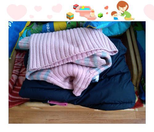 孩子们穿的衣服越来越多,幼儿的午睡要遇到脱去外衣,折叠外衣,放好
